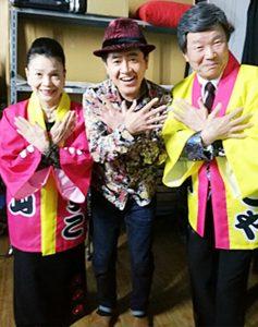 浅草東洋館の舞台袖で、ひでや・やすこ師匠と最高最幸ポーズ