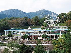 観覧車など様々な遊具が点在する桐生が岡遊園地