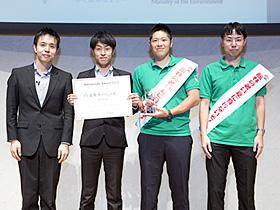 9月末に開かれた「ひと涼みアワード2015」の授賞式で、「最優秀イベント賞」を受賞した館林市の職員ら=東京
