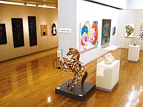 ユニークな作品が所狭しと並ぶ展示会場