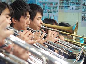 演奏会に向けて練習する農大二高吹奏楽部員