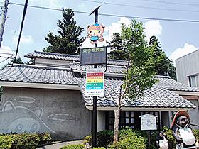 17日、茂林寺駐車場に設置された温度計=館林市
