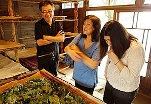 お蚕を話題に訪問者との会話も弾む=甘楽町の古民家かふぇ「信州屋」