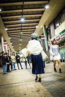 ファッションショーのリハーサルを行う学生たち=前橋中央通りアーケード