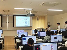 8月20日に開かれた親子プログラミング教室=テクノプラザ太田