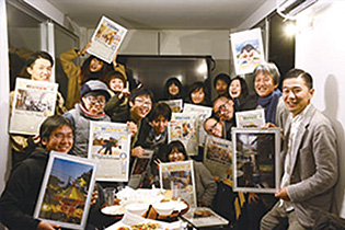 「Kurun」の発行に携わった大学生やアーティストたち
