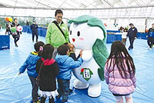 昨年11月の熊谷市産業祭に出演した「くわまる」。子どもたちに抱きつかれたりキスされたり大人気