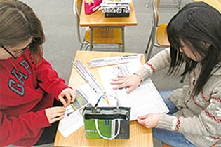 当日使用する材料の新聞紙を準備をする学生たち)