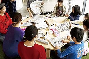 昨年末、アーツ前橋で開かれたワークショップ「あーつひろば」で試作品の検証を行う学生たち