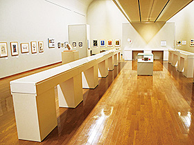 日本童画のパイオニアと称される武井武雄の約400点の作品が並ぶ会場=富岡市美術博物館