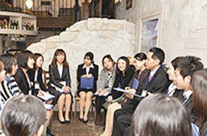 子育てママと企業担当者が再就職に向けて話し合った交流会「ママカフェ」=昨年2月、高崎市内