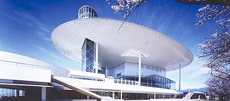 青空に映える白い屋根=桐生市市民文化会館