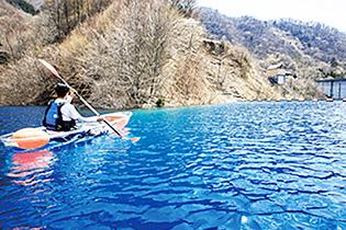 奥四万湖の豊かな自然が満喫できるカヌー体験会
