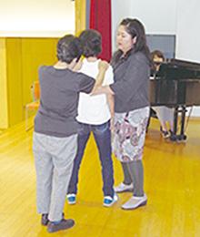歌の指導を受ける生徒たち