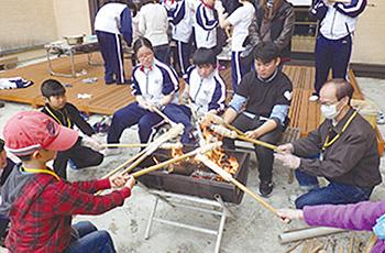 同4月には棒巻きパンを炭火で焼いた=尾瀬高校自然環境科