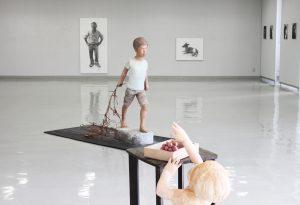 会場の展示風景。壁面の鉛筆画が福井さん、手前の立体が山田さんの作品