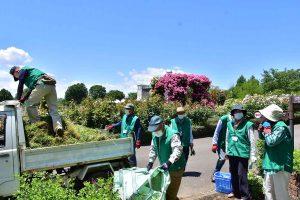 再開前に園内整備の手伝いをするボランティアスタッフ
